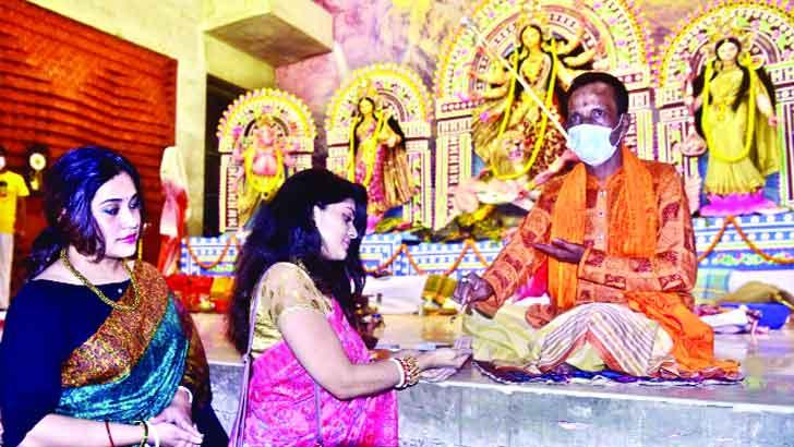 শারদীয় দুর্গাপূজার ৩য় দিন আজ মহাষ্টমী, করোনামুক্তির প্রার্থনা ভক্তদের